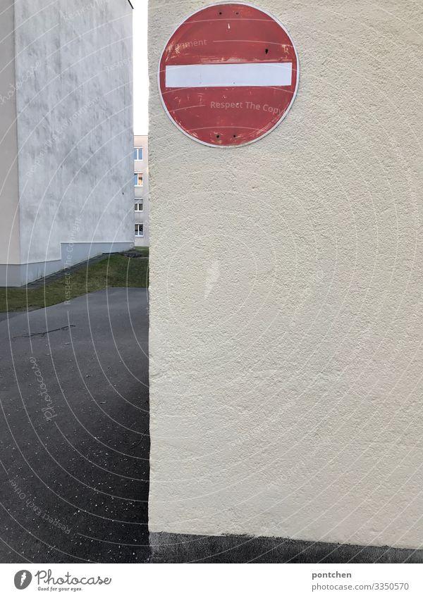 Einfahrt verboten Schild auf Mauer vor Wohnblöcken Schilder & Markierungen Hinweisschild Warnschild Verkehrszeichen alt Verbote rot Verbotsschild Wand