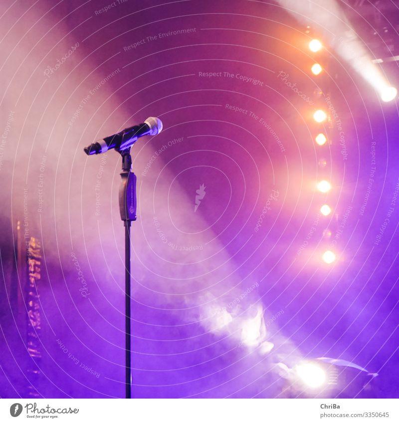 Mikrofon und Scheinwerfer im Bühnenlicht Lifestyle Freizeit & Hobby Musik Nachtleben Entertainment Veranstaltung Club Disco Diskjockey ausgehen Feste & Feiern