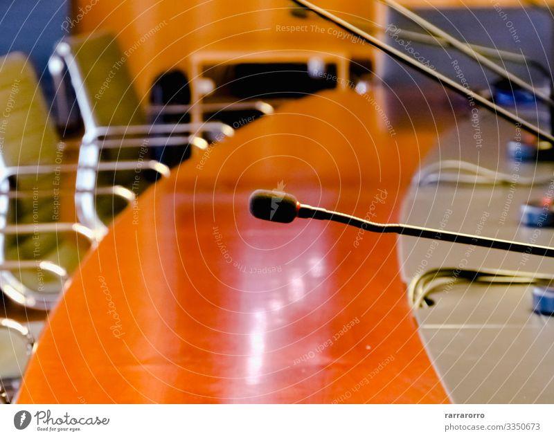 ein Tischmikrofon in einem Sitzungssaal Möbel Stuhl Erwachsenenbildung Arbeit & Erwerbstätigkeit Büro Business Unternehmen sprechen Menschengruppe Holz hell