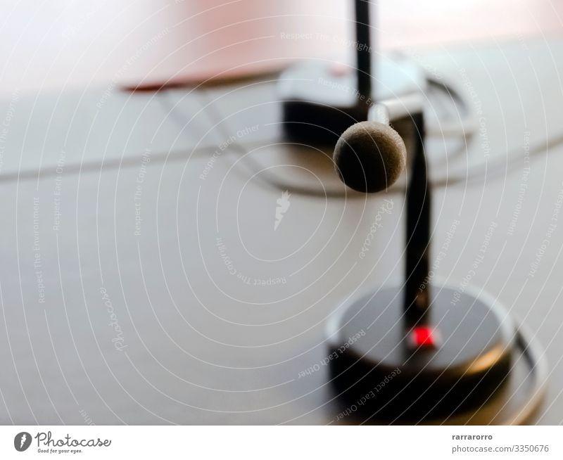 ein Tischmikrofon auf dem Holztisch eines Brettes Design Möbel Schreibtisch Publikum Erwachsenenbildung Arbeit & Erwerbstätigkeit Arbeitsplatz Büro Business