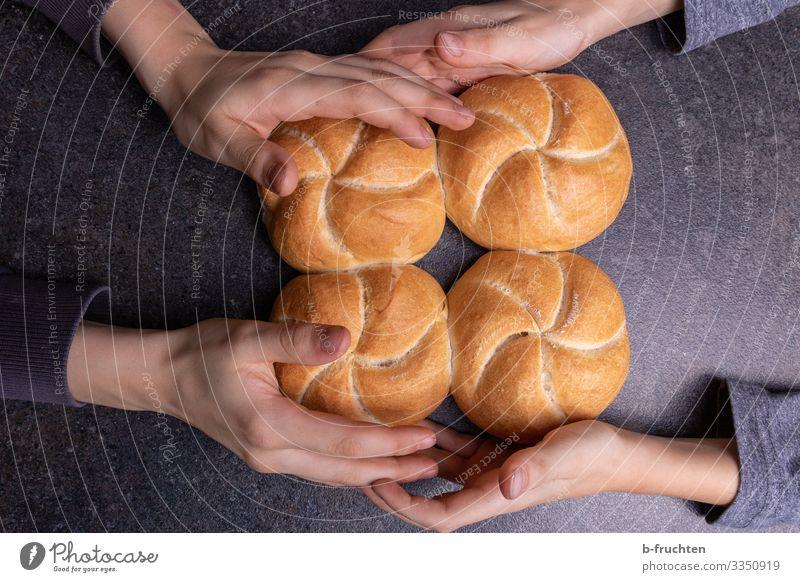 Vier Semmeln mit Kinderhänden Lebensmittel Teigwaren Backwaren Brot Brötchen Ernährung Essen Frühstück Büffet Brunch Bioprodukte Küche Kindheit Hand Finger