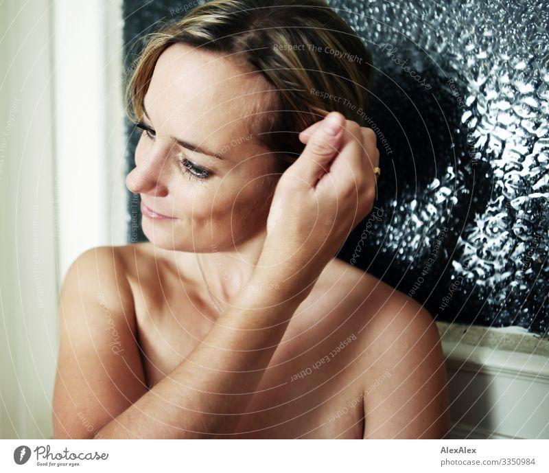 Portrait einer jungen Frau elegant Stil Freude schön Leben harmonisch Wohnung Junge Frau Jugendliche Erwachsene Gesicht Hand Grübchen 18-30 Jahre 30-45 Jahre