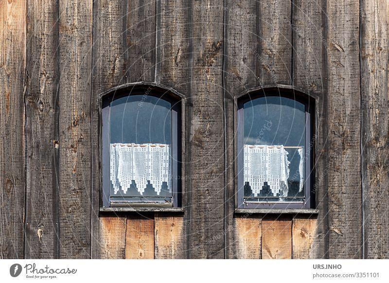Kleine Fenster in einer Holzfasade Menschenleer Haus Hütte Bauwerk alt authentisch historisch niedlich braun schwarz Scheibengardienen Häkelgardienen gehäkelt