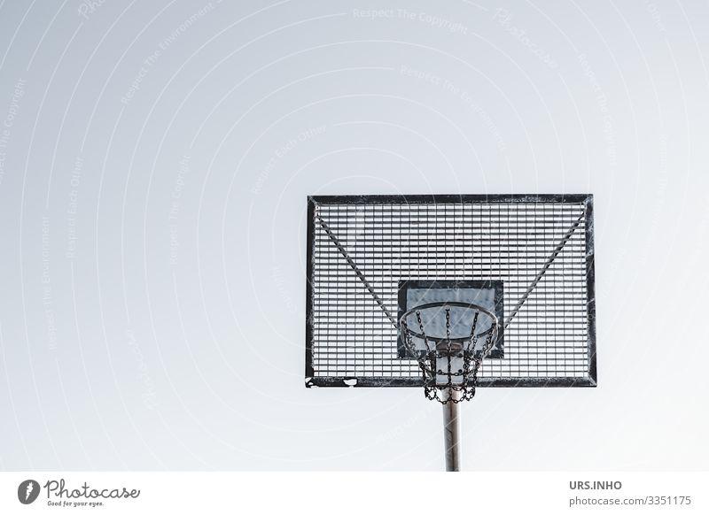 Basketballkorb im Freien vor hellem Hintergrund Sport Basketballtor Tor Metall eckig einfach blau grau schwarz weiß Fitness Freizeit & Hobby Außenaufnahme