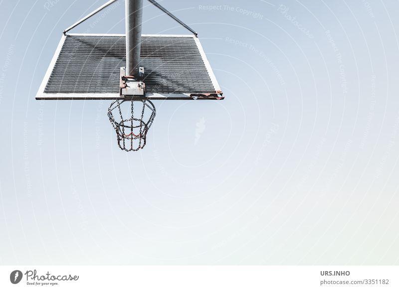 Basketballkorb vor blauem Himmel Sport Ballsport Metall Rost werfen eckig rund grau Fitness Freizeit & Hobby Netz Korb Außenaufnahme himmelblau Metallrahmen