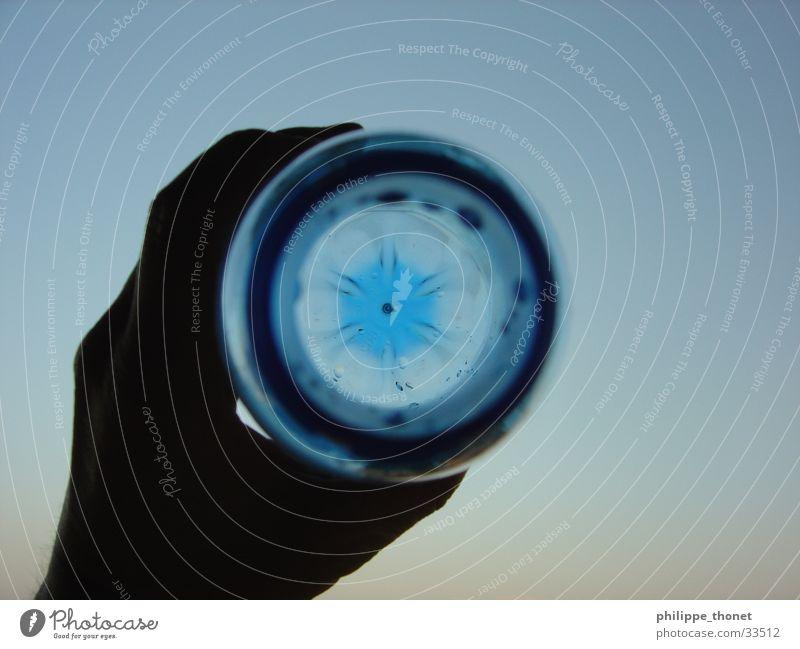 Die blaue Flasche Hand Wasser Himmel festhalten Alkohol Wasserflasche