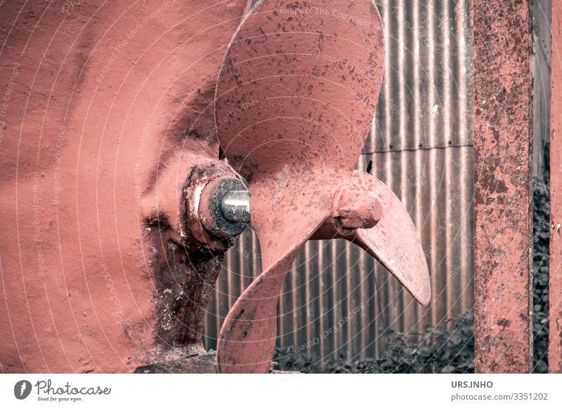 rote Schiffsschraube Wasserfahrzeug Propeller alt dreckig silber reparaturbedürftig Wellblech Schiffsrumpf Farbfoto Außenaufnahme Detailaufnahme Menschenleer