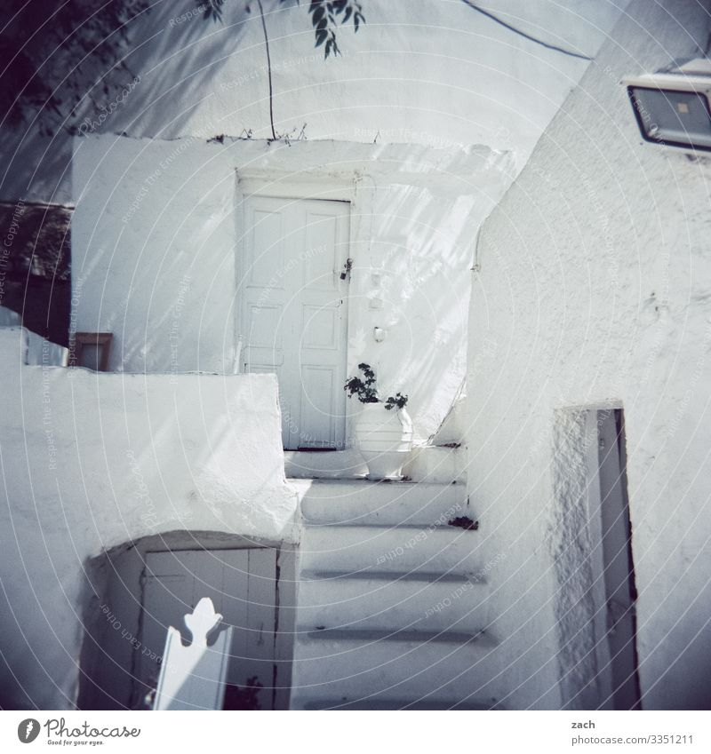 analoges Bild eines typisch griechischen Dorfes Griechenland Folegandros Insel Kykladen Meer Mittelmeer Ägäis Außenaufnahme analoge fotografie Dia Holga