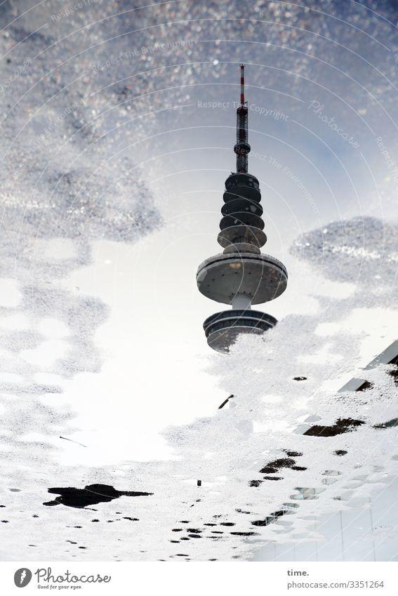hoch im Tief fernsehturm himmel kommunikation gebäude architektur fassade spiegelung asphalt pfütze grau silbrig hamburg versteckt nass Oberfläche regenwasser