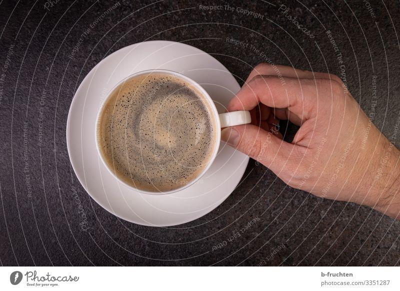Eine Tasse Kaffee Lebensmittel Getränk trinken Heißgetränk Espresso Teller Restaurant Finger gebrauchen berühren festhalten genießen frisch Kaffeetrinken