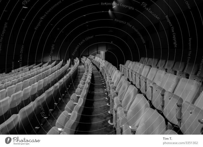 Theater Potsdamer Platz Stadt Hauptstadt Stadtzentrum Menschenleer Haus Kultur Sitzgelegenheit Theaterschauspiel Schwarzweißfoto Innenaufnahme Abend