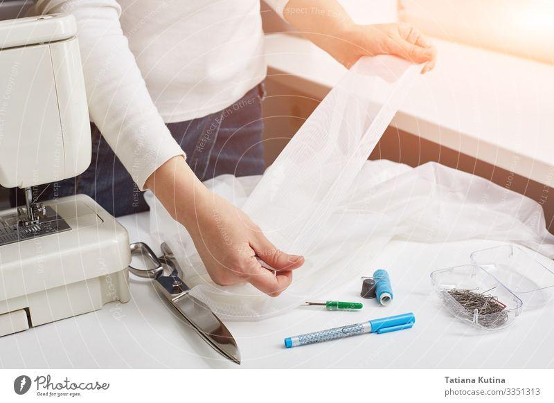 Weibliche Hände einer Schneiderin. Design Freizeit & Hobby Arbeit & Erwerbstätigkeit Beruf Fabrik Industrie Handwerk Business Werkzeug Schere Frau Erwachsene