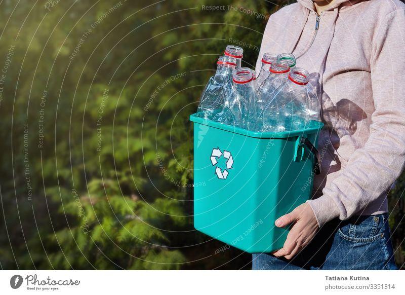 Die Hände tragen eine Kiste mit Kunststoff zum Recycling. Flasche sparen Gesicht Arbeit & Erwerbstätigkeit Handwerk Mensch Umwelt Container Papier Lächeln