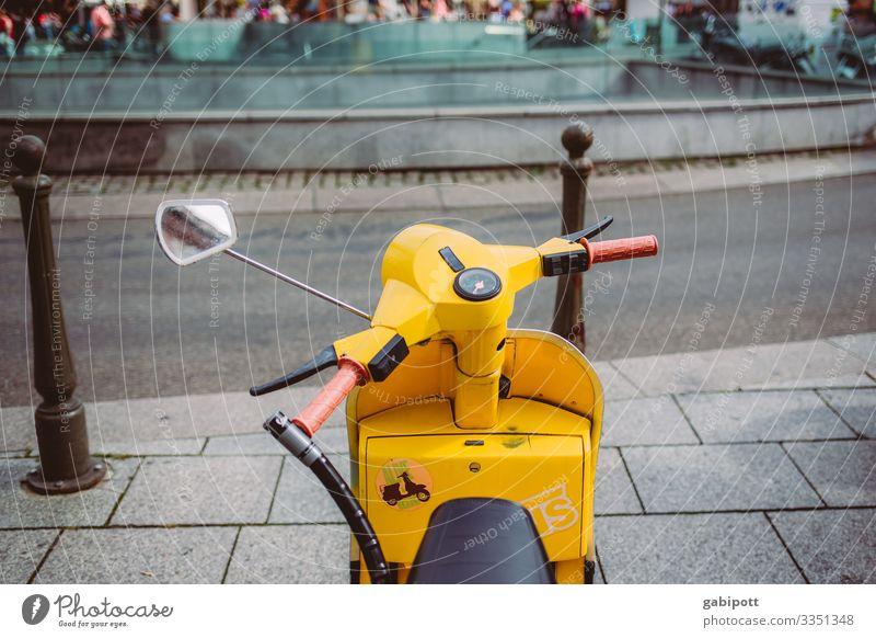gelber Motorroller auf der Straße Motorrad Kleinmotorrad Verkehr Farbfoto Außenaufnahme Menschenleer Verkehrsmittel Straßenverkehr Verkehrswege Fahrzeug