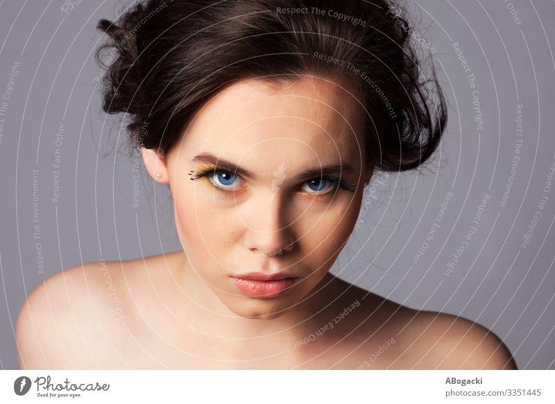 Junge Frau Naturschönheit-Portrait Haut Schminke Mensch feminin Erwachsene lang blau schwarz Beautyfotografie attraktiv Menschen Kopf Schulter Glamour traumhaft
