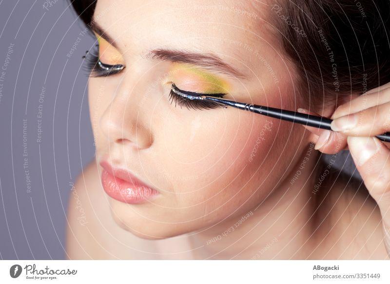 Make-up-Schönheitsportrait auftragen schön Haut Kosmetik Schminke Wellness Mensch Frau Erwachsene lang blau Beautyfotografie attraktiv Menschen Kopf Glamour
