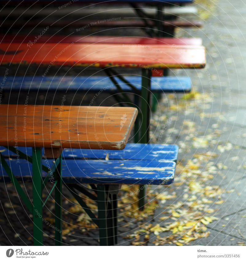 existential exit | corona thoughts gastronomie sitzbank tisch straßencafé draußen leer bürgersteig fußweg herbstlaub biergarnitur bunt düster einsam