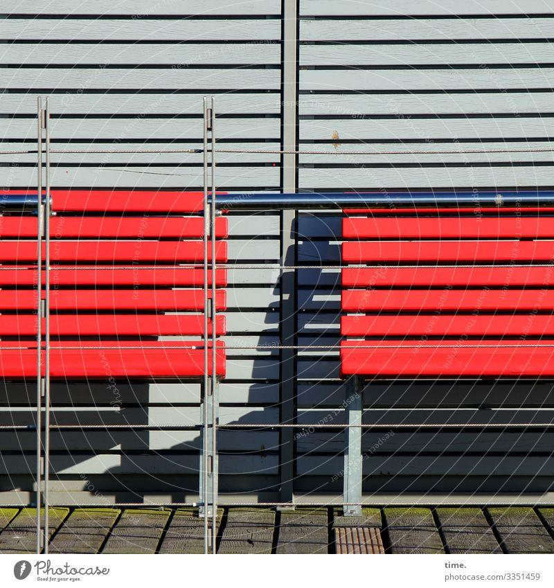 waiting for things to happen urban jalousie stadt skurril fassade perpektive grau quer parallel waagerecht inspiration oberfläche absatzkante sonnig schattig