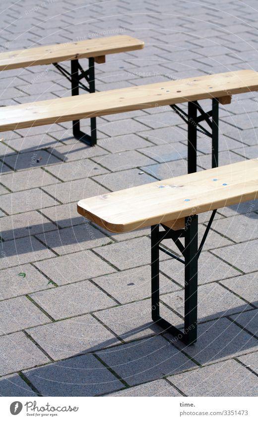 Warten auf Kundschaft (2) | corona thoughts gastronomie leer metall holz einsam zusammen gemeinsam freizeit pause bank sitzbank klappbank gepflastert urban