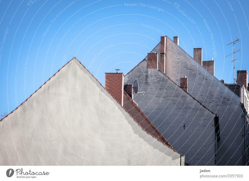 spitzentreffen. Stil Antenne Umwelt Wolkenloser Himmel Stadtzentrum Skyline Haus Gebäude Architektur Mauer Wand Schornstein Satellitenantenne Dachgiebel