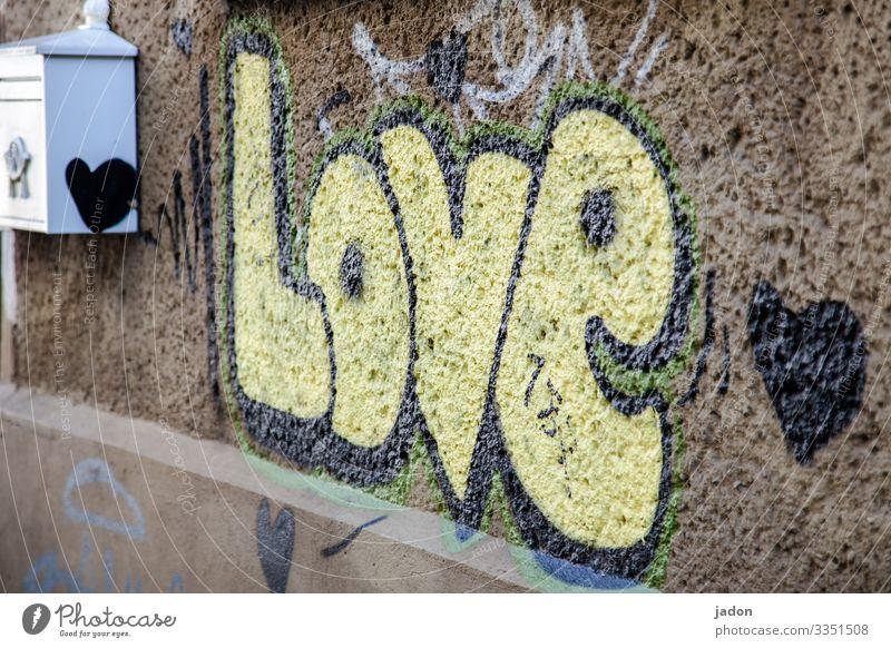 ich bin voller liebe. Haus Post Maler Stadt Bauwerk Gebäude Mauer Wand Fassade Briefkasten Straße Zeichen Schriftzeichen Graffiti Liebe Farbe Herz Farbfoto