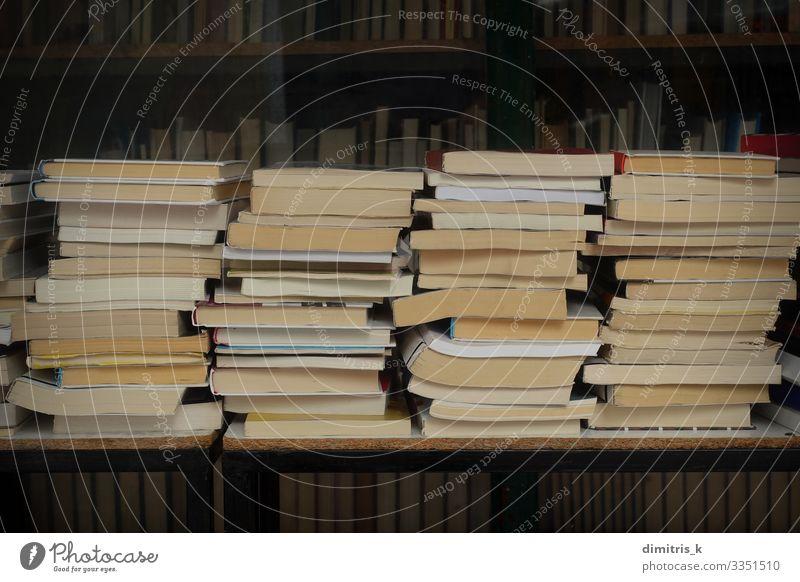 alte Bücher im Antiquariat kaufen lesen Kultur Buch Bibliothek Buchladen gebraucht Antiquität altehrwürdig Literatur Stapel Anhäufung Regal Sale Lager