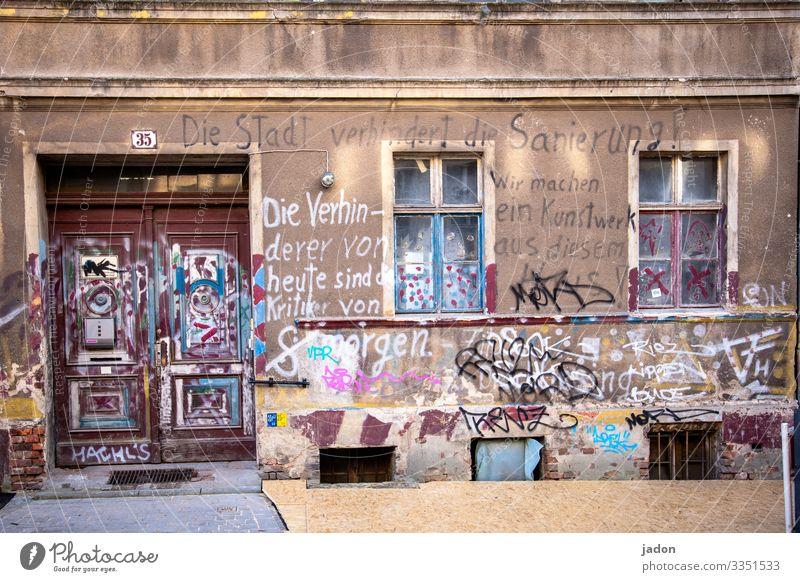 altes haus mit interessanter graffiti. Haus Fassade Fenster Architektur Menschenleer Gebäude Außenaufnahme Wand Stadt Graffiti Sanierung Verhinderer Schrift
