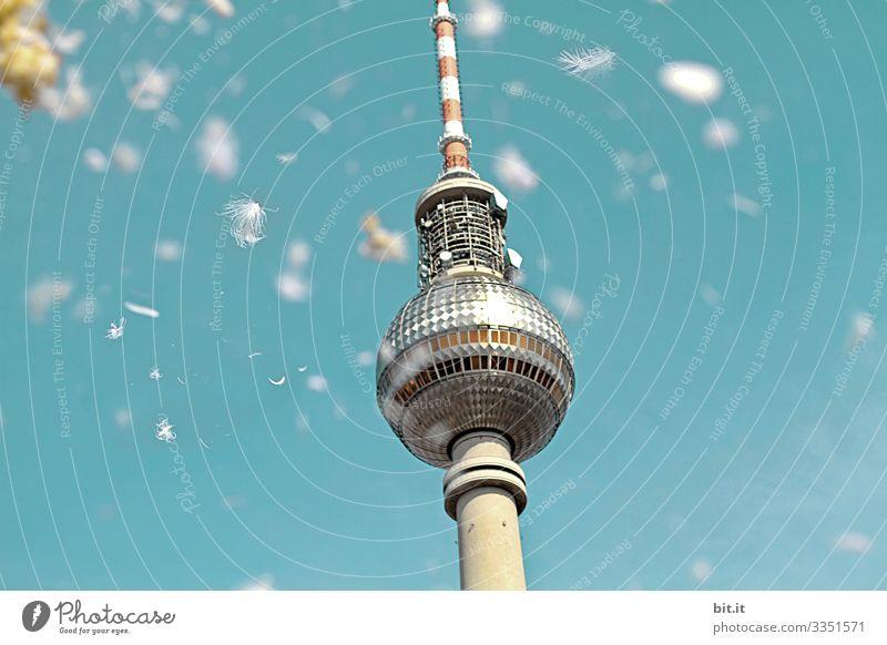 Weiße Federn von einem Flashmob mit Kissenschlacht, fallen vom Himmel, auf den Fernsehturm in Berlin, unter blauem Himmel im Frühling. Tag Hintergrund neutral