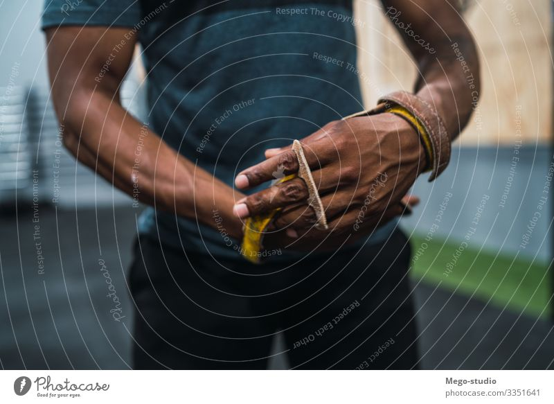 Athletischer Mann macht sich bereit für das Crossfit-Training. Lifestyle Körper Sport Fitness Sport-Training Mensch maskulin Erwachsene Hand 1 30-45 Jahre