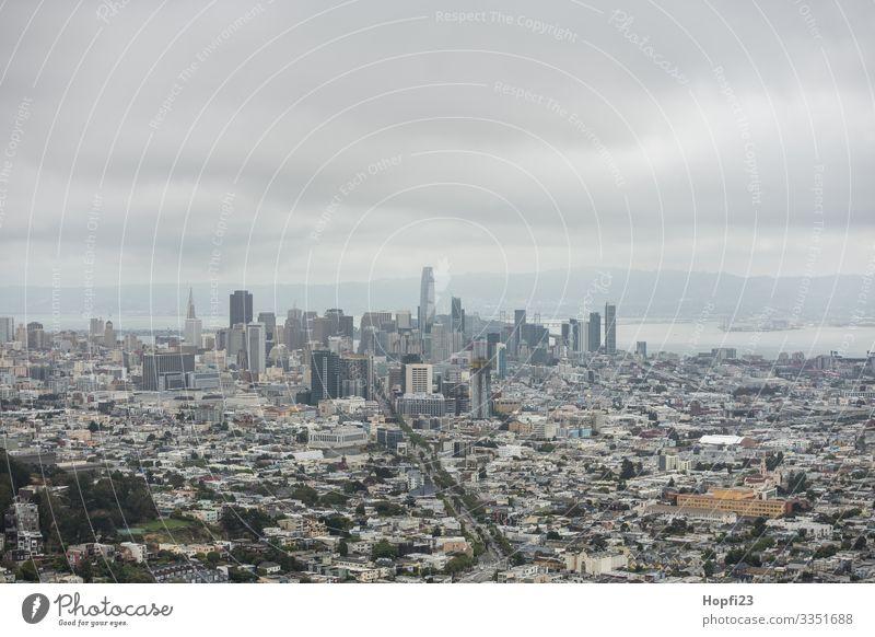 San Francisco von den Twin Peaks aus Stadt Hochhäuser wolkenkratzer Straße Haus Häuserschlucht Skyline USA Kalifornien Halbinsel Bucht Bürogebäude bewölkt