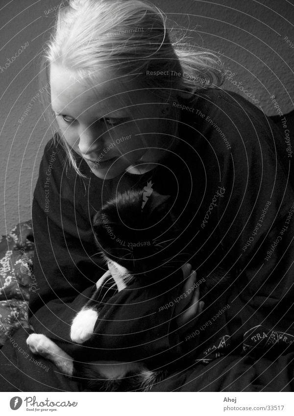 Garnichtstun in Schwarzweiß Frau Mädchen Erholung Katze Bett Bettdecke faulenzen