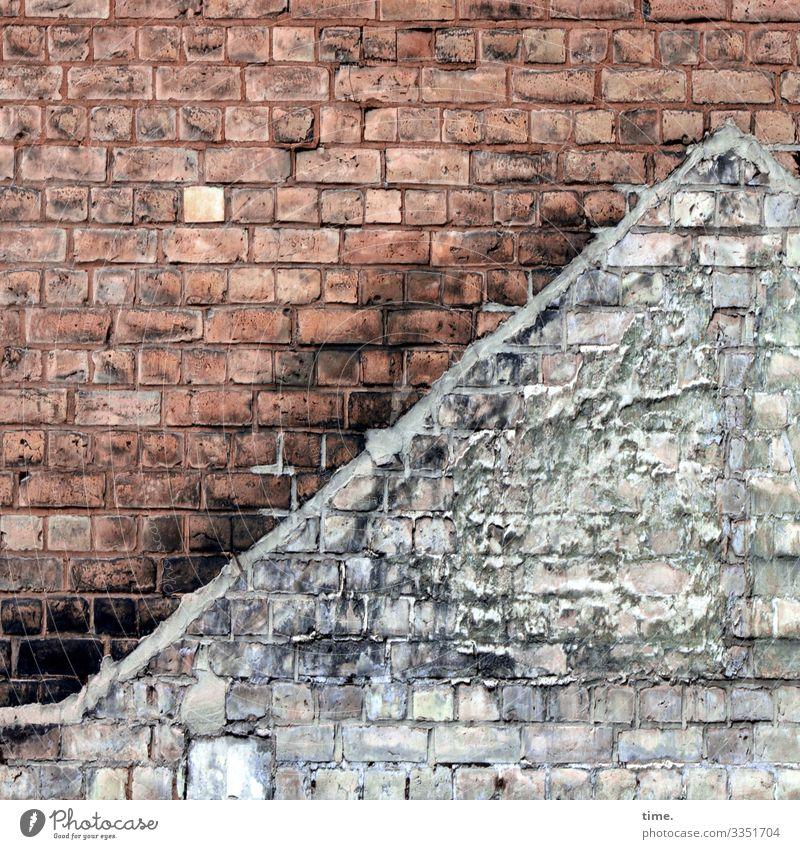 Geisterhaus kaputt backstein backsteinwand hauswand abdruck mauer tageslicht trashig ruine lost place verlassen perspektive sanierungsbedürftig abrisshaus