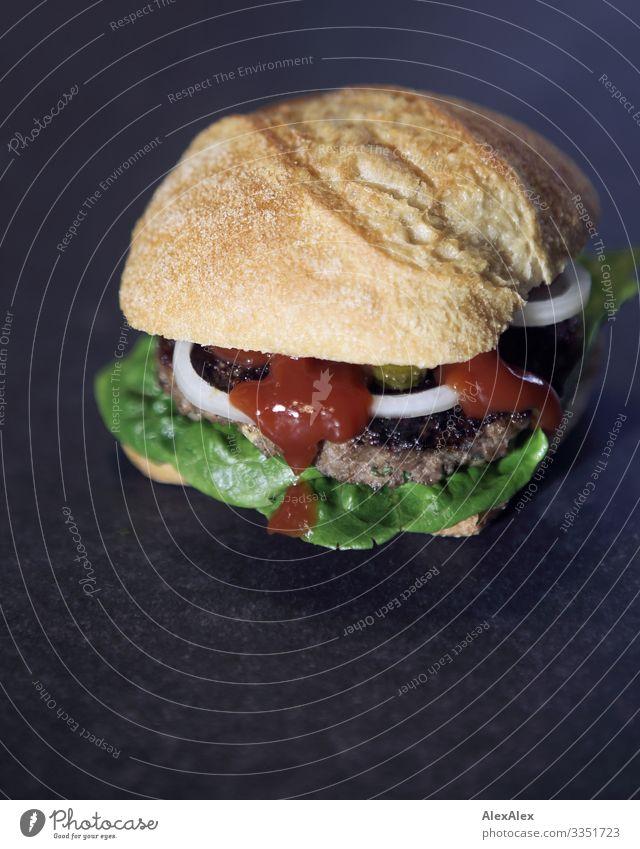 Hamburger- Sandwich mit Brötchen Lebensmittel Fleisch Salat Salatbeilage Ketchup Zwiebel Fastfood lecker Fingerfood Amerikanische Küche Essen Duft ästhetisch
