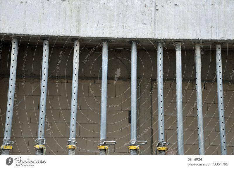 Schalungsstützen im Betonbau Handwerker BAuhandwerk Baustelle Betonklotz Hochbau Metall Stahl Arbeit & Erwerbstätigkeit bauen grau parallel unvollendet Säule