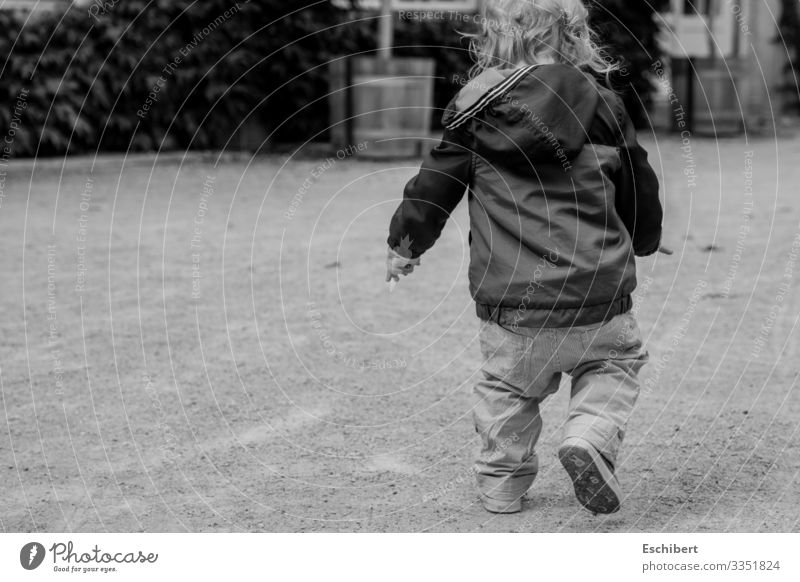 Gangstah-Kid Kind Mensch Traurigkeit gehen Park maskulin blond Kraft Kindheit Schuhe Abenteuer Coolness Suche trendy Hose Vertrauen