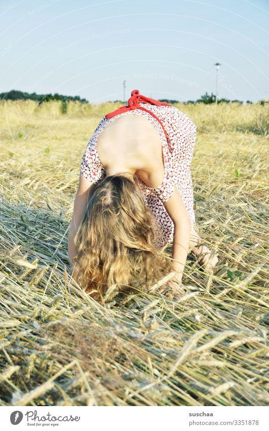 vielleicht wird's ein handstand (?) Kind Mädchen Getreidefeld Kornfeld Weizen Gerste Stroh Sommer Außenaufnahme verbeugen gebeugt Blick nach unten