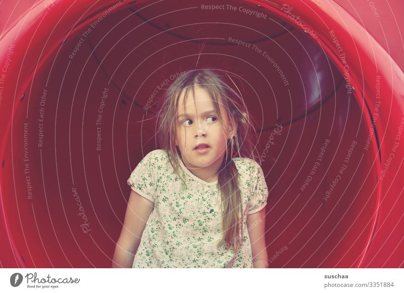 frisurenkiller statisch aufgeladen elektrisch Elektrizität Spannung Kind Mädchen Rutsche rutschen Kunststoff Röhre Plastikröhre Spielplatz lustig niedlich