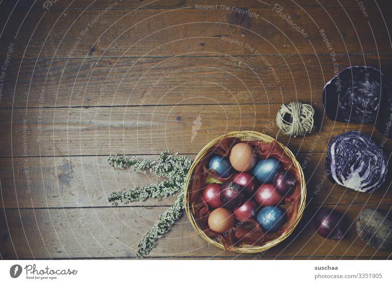 ostern Ostern Osterei Osterkörbchen rustikal gefärbte Eier gekochte Eier Tradition Holzfußboden Farbstoff natürlich Rotkraut Zwiebelschale Rote Beete mehrfarbig
