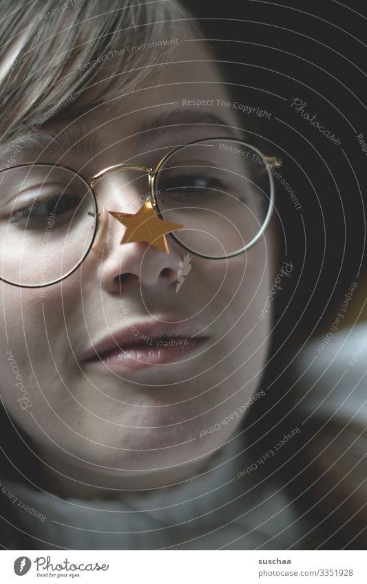stern auf nase Mädchen Junge Frau Jugendliche Teenager Pubertät Gesicht Unsinn Brille Stern (Symbol) Witz Humor Freude Schielen