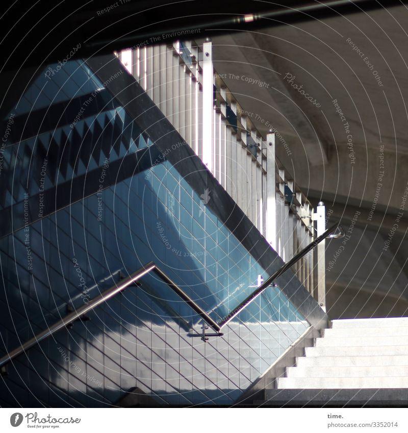 Winkelwerk treppe fliesen kacheln sonnenlicht schatten Handlauf sicherheit geländer bahnhof gebäude dach blau weiß perspektive aufwärts architektur sonnig