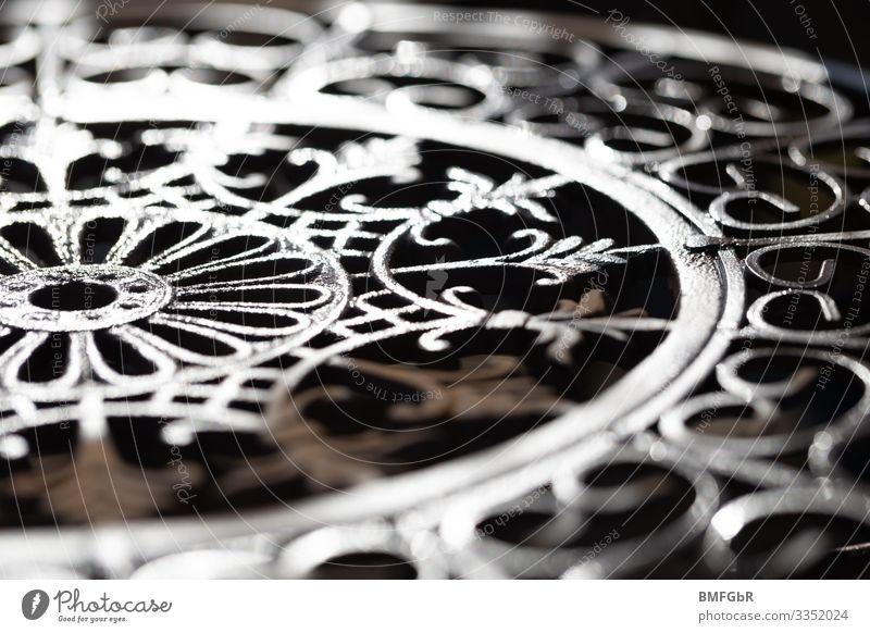 Kunstwerk aus Metall und Licht Stuhl Zeichen Ornament Linie Schleife Netzwerk ästhetisch Zufriedenheit Wege & Pfade Handwerk Eisen Wiederholung Kreis