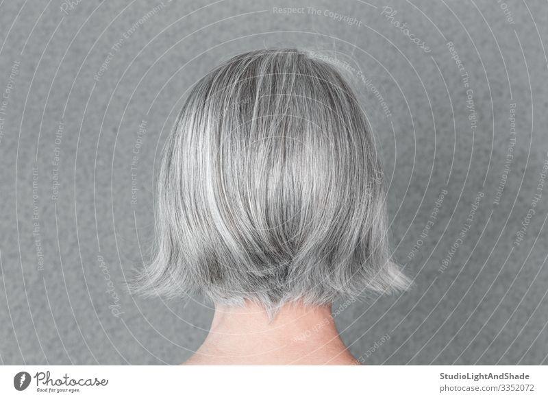 Frau mit schönem natürlichem grauen Haar Lifestyle Stil Haare & Frisuren Gesundheitswesen Mensch feminin Erwachsene Mode alt einfach Kopf Behaarung Silber