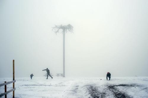 Schneevergnügen | Eiszeit maskulin feminin Kind Frau Erwachsene Mann 3 Mensch Himmel Frost Schneefall Feld Wege & Pfade Zaun Baum werfen Zusammensein Freude
