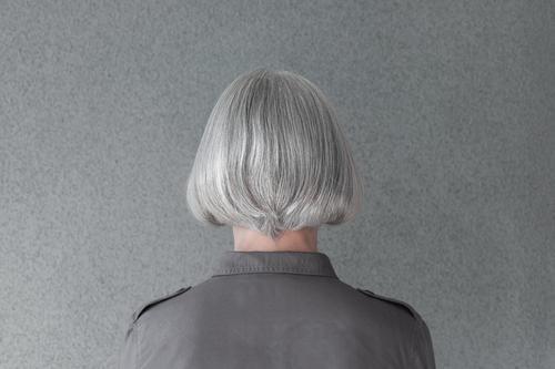 Reife Frau mit natürlichem grauen Haar Lifestyle Stil schön Haare & Frisuren Gesundheitswesen Mensch feminin Erwachsene Mode alt einfach Kopf Behaarung Silber