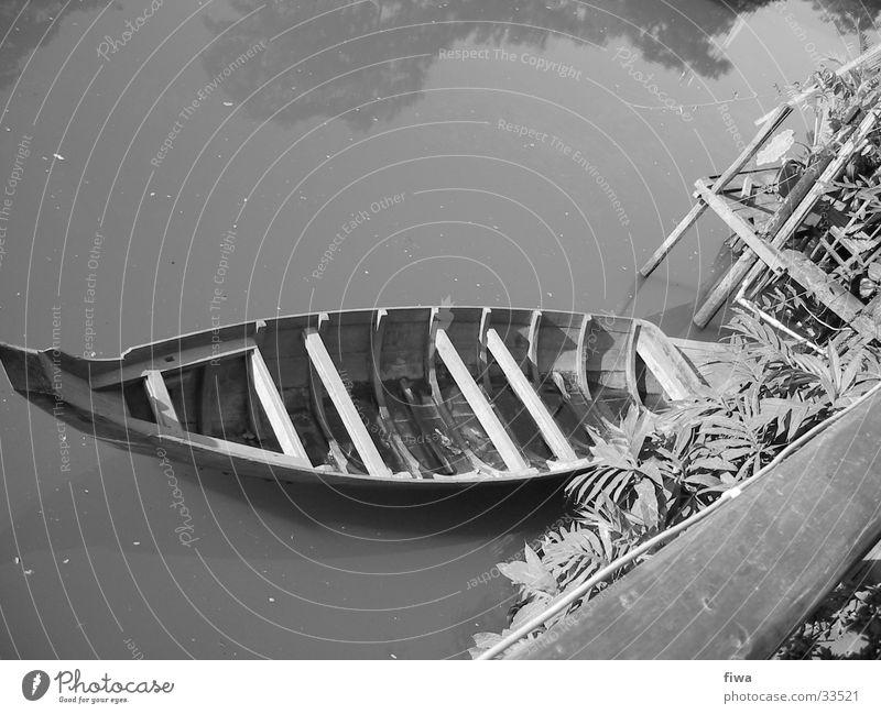 Boot am Ufer Wasserfahrzeug Holz ruhig Fluss Küste Schwarzweißfoto