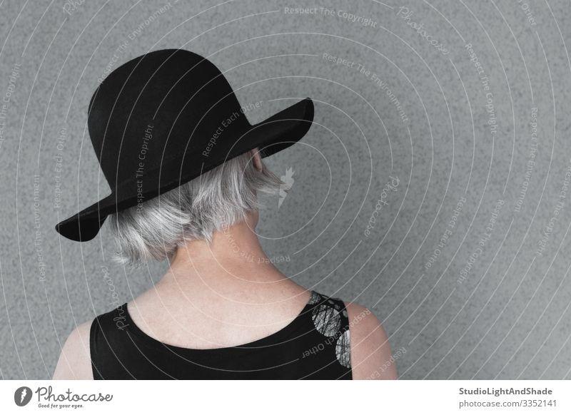 Dame mit grauem Haar und schwarzem Hut Lifestyle elegant Stil schön Haare & Frisuren Gesundheitswesen Mensch feminin Frau Erwachsene Mode Kleid alt natürlich