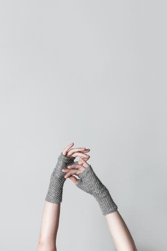 Elegante Hände in gestrickten Handschuhen elegant Design Freizeit & Hobby stricken Handwerk Mensch feminin Frau Erwachsene Arme Finger Wärme berühren einfach