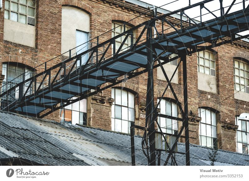 Eisenbrücke einer alten Fabrik Industrie Brücke Gebäude Architektur Metall Stahl Backstein bauen historisch stark unterstützend industriell Zimmerdecke