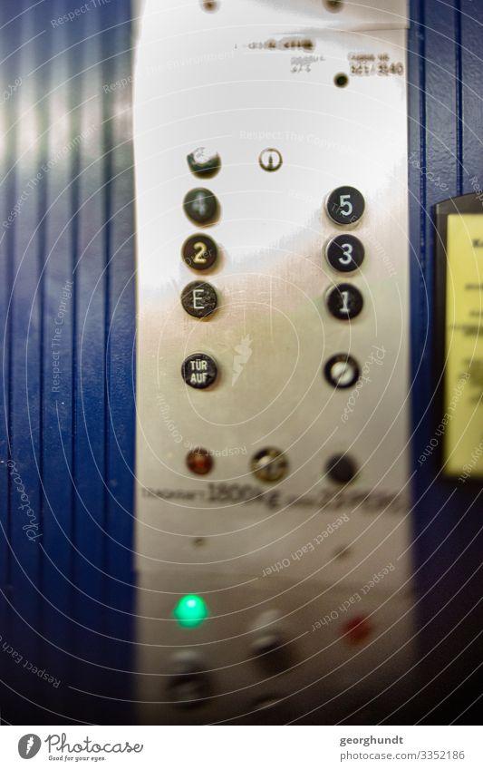 Nummevator blau Haus Arbeit & Erwerbstätigkeit Häusliches Leben Treppe Hochhaus Baustelle Ziffern & Zahlen Bauwerk Hauptstadt fahren Bankgebäude Fabrik Tastatur