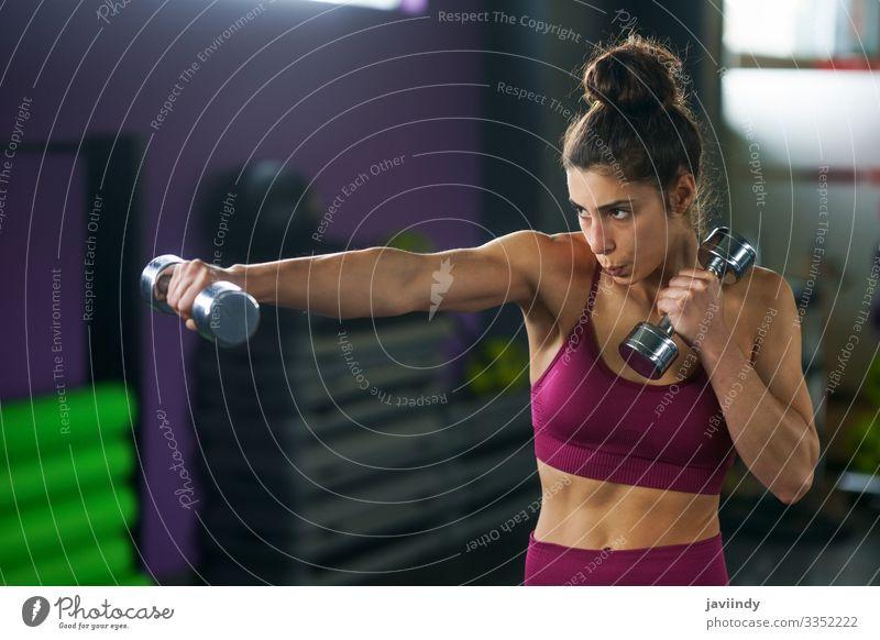 Sportliche Frau beim Boxen und Boxen mit Kurzhanteln Lifestyle schön Körperpflege Wellness Leben Mensch feminin Junge Frau Jugendliche Erwachsene Arme 1